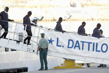 Jumătate dintre migranţii salvaţi de nava Aquarius doresc să primească azil în Franţa (guvernul spaniol)
