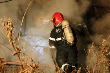 Incendiu mortal în Bosnia: un migrant a murit și altul a fost rănit, într-o casă abandonată în care trăiau